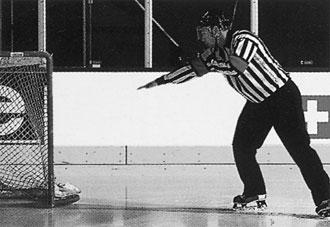 Хоккей пас рукой в своей зоне